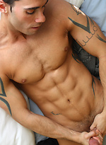 Alexy Tyler shows his sixpack